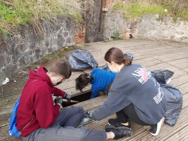Alumnos del IES María Pacheco realizan una batida de limpieza en el entorno de Polvorines con colaboración del Ayuntamiento de Toledo